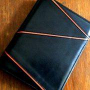 黒い革のA5サイズシステム手帳