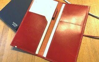 赤い革のパスポートケース