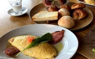 オーベルジュ白い花の朝食 オムレツとパン