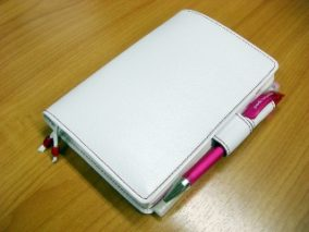 白に赤ステッチの手帳カバー