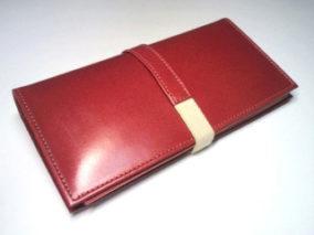 赤い革のカードケース