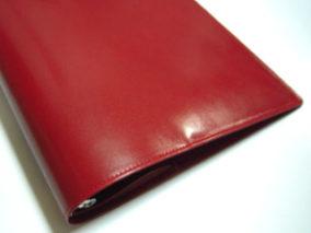 赤い革のバインダー
