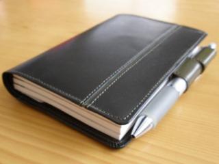 黒い革の手帳カバー