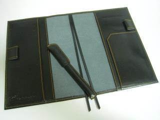 シャープな印象 黒い革の手帳カバー
