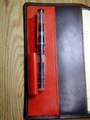 革の手帳カバー 特殊ペンホルダー
