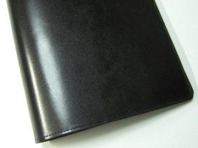 黒い革のシンプルバインダー