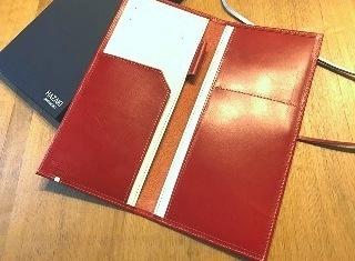 赤と白のパスポートケース